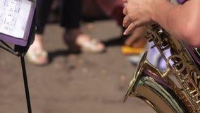 Fille jouant le saxophone banque de vidéos