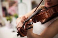 Fille jouant le violon photo libre de droits