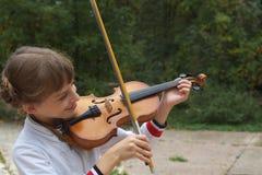 Fille jouant le violon Photo stock