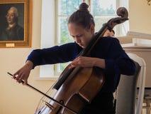 Fille jouant le violoncelle St Petersburg Le printemps 2017 image stock