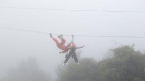 Fille jouant le zipline dans la brume Photos stock