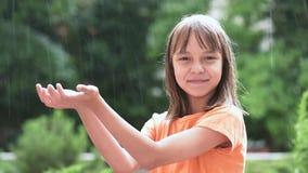 Fille jouant sous la pluie banque de vidéos