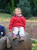 Fille jouant sur la cour de jeu extérieure Photo libre de droits