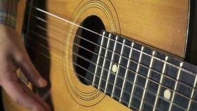 Fille jouant sur la guitare acoustique, fps du mouvement lent 500 banque de vidéos