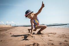 Fille jouant sur la plage Photos libres de droits