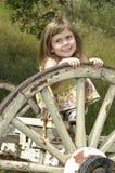 Fille jouant sur le vieux chariot Photo libre de droits