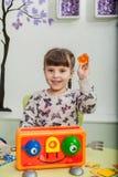 Fille jouant un jeu de société photographie stock
