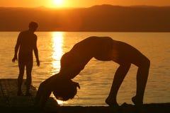 Fille-jouer-sur-un-plage Photographie stock libre de droits