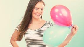 Fille joyeuse d'été de femme avec les ballons colorés photo stock