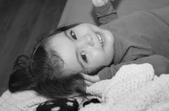 Fille joyeuse d'enfant en bas âge s'asseyant sur une balle de paille Photos libres de droits