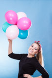 Fille joyeuse de l'adolescence jouant avec les ballons colorés Photos libres de droits