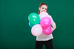 Fille joyeuse de l'adolescence jouant avec les ballons colorés Photo stock