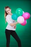 Fille joyeuse de l'adolescence jouant avec les ballons colorés Photographie stock libre de droits