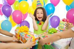 Fille joyeuse de petit enfant recevant des cadeaux à l'anniversaire Photos stock