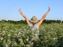 Fille joyeuse entre les fleurs blanches Image libre de droits