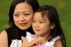 Fille joyeuse et sa maman Photographie stock libre de droits