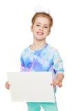 Fille joyeuse heureuse se tenant devant une affiche Photos libres de droits