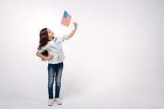Fille joyeuse représentant la nation américaine dans le studio image libre de droits