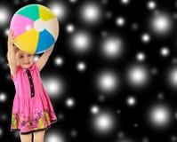 Fille jugeant la boule aérienne Photo stock