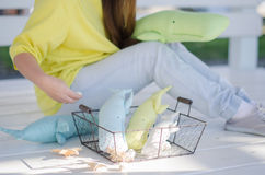Fille jugeant un panier avec le vintage mou de trois jouets fait main photo libre de droits