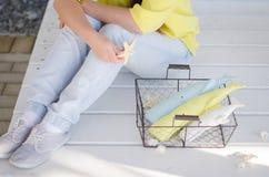 Fille jugeant un panier avec trois jouets mous fait main photographie stock libre de droits