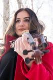 Fille jugeant violine dans des mains Photos stock