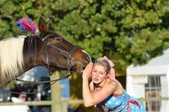Fille juste équestre d'East Anglia écoutant le cheval parlant Photographie stock