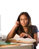 Fille latine avec un livre ouvert, ordinateur Image libre de droits