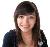 Fille latine mignonne souriant avec des supports Images stock