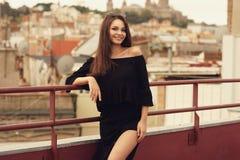 Fille élégante dans des vêtements noirs Photographie stock