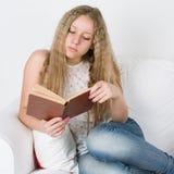 Fille lisant un livre Image libre de droits