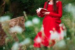 Fille lisant un livre en parc 4 photographie stock