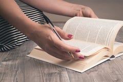 Fille lisant un livre sur le plancher photographie stock libre de droits