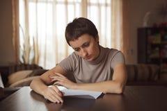 Fille lisant une lettre photos stock