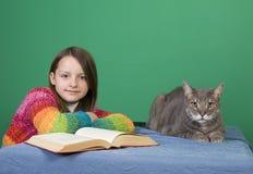 Fille, livre et chat Photo stock