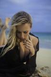 fille lounging sur le sable Images libres de droits
