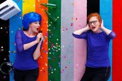 Fille ludique chantant à l'ami Images libres de droits