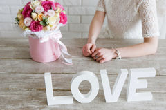 Fille méconnaissable avec le cadeau Bouquet rose de luxe Image stock