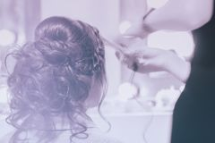 Fille méconnaissable de nouveau à nous, fille dans le miroir au coiffeur faisant la coiffure, dénommant à partir de longs cheveux images stock