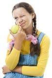 Fille mécontente d'adolescent avec la pomme photos stock