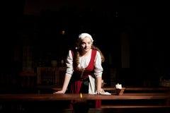 Fille médiévale de style au restorant de Tallinn Photos libres de droits