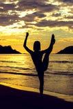 Fille méditant au coucher du soleil Image libre de droits