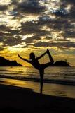 Fille méditant au coucher du soleil Images libres de droits