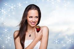 Fille magnifique avec le cadeau sur le fond blanc Image libre de droits