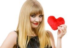 Fille magnifique de femme tenant le symbole rouge d'amour de coeur Photographie stock
