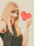 Fille magnifique de femme tenant le symbole rouge d'amour de coeur Photos stock
