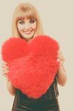 Fille magnifique de femme tenant le symbole rouge d'amour de coeur Image stock