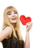 Fille magnifique de femme tenant le symbole rouge d'amour de coeur Image libre de droits