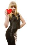 Fille magnifique de femme tenant le symbole rouge d'amour de coeur Photo libre de droits