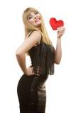 Fille magnifique de femme tenant le symbole rouge d'amour de coeur Photos libres de droits